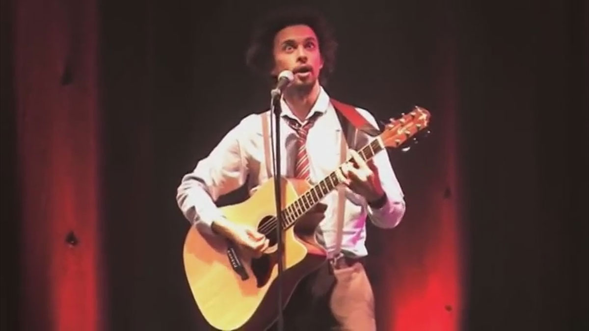 Elliot Mason Musical comedian singing Jif to cif live at komedia bristol